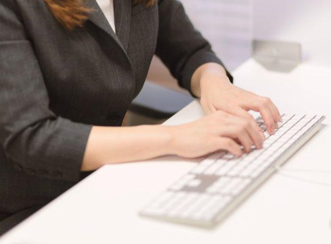 タイピングをする女性の手元