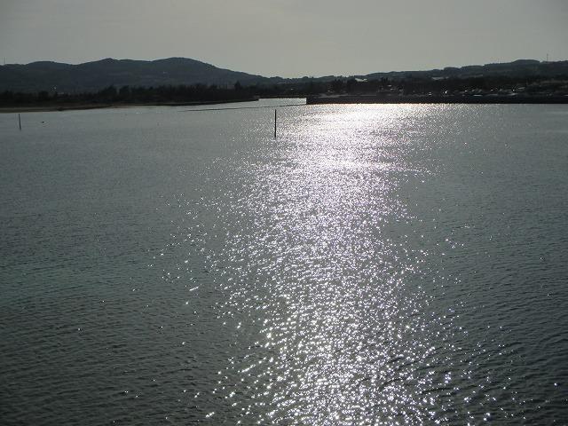 太陽が反射した海