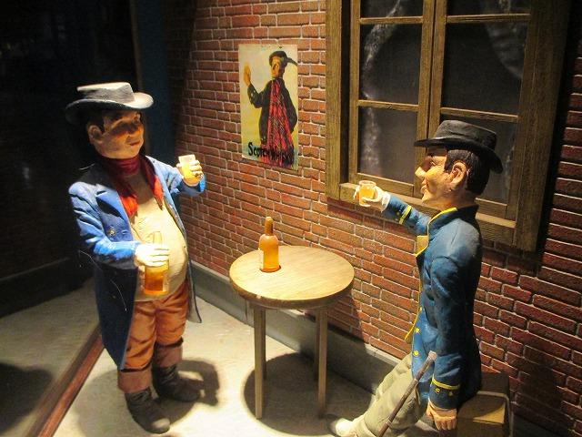ウイスキーを飲む紳士の人形