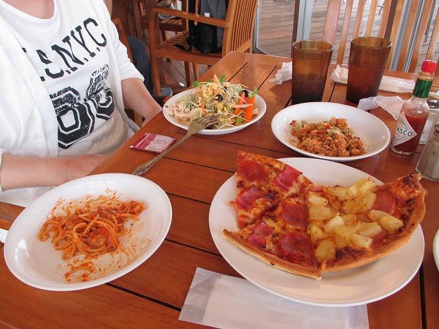 ピザとパスタとサラダ