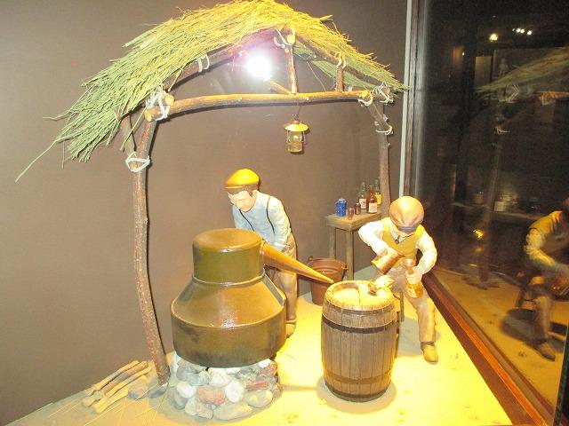 ウイスキーを作っている所の人形