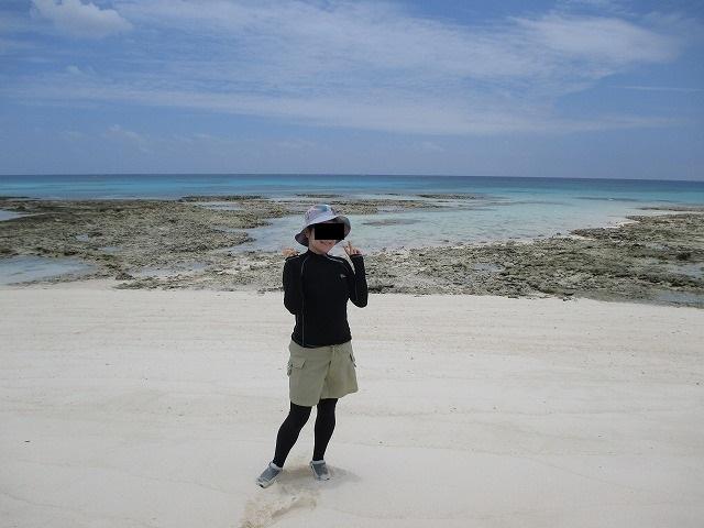 砂浜でポーズをとる女性