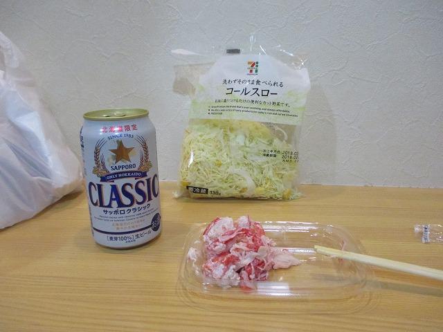 缶ビールとサラダ