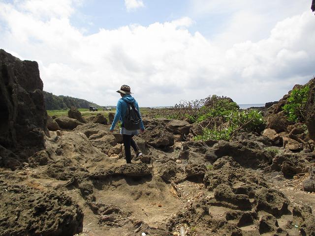 岩場を歩く女性