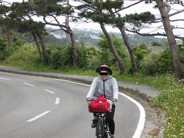 坂道で自転車に乗る女性