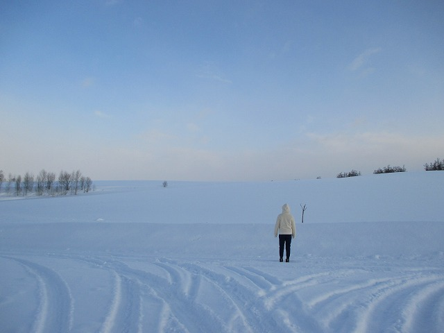 雪の中の後ろ姿の女性