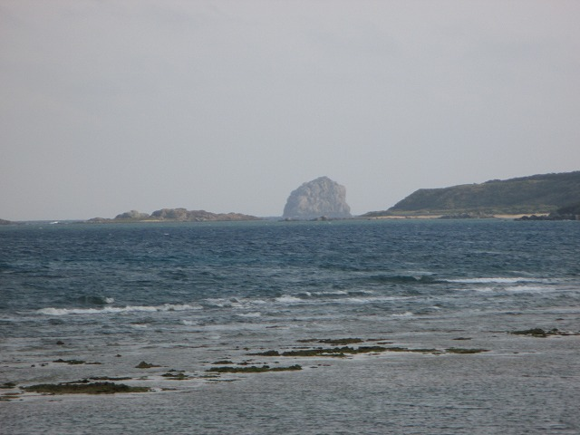 遠くに見えるトンバラ岩