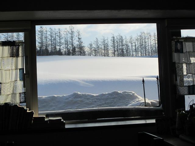 部屋の中から見る雪景色