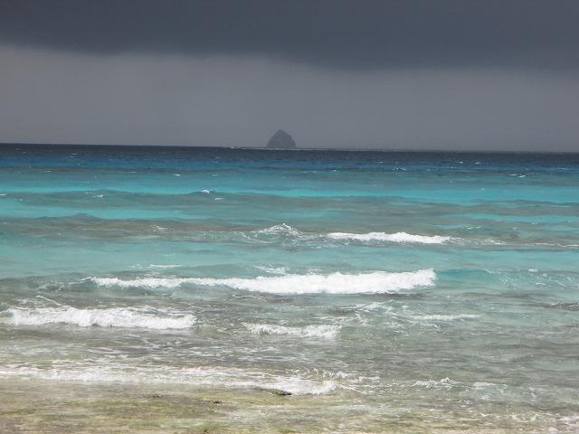 真っ黒に曇った空と青い海