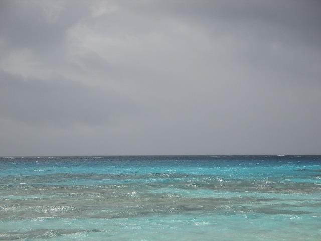 曇り空と青い海