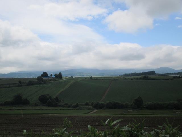 青い空と白い雲と緑の丘