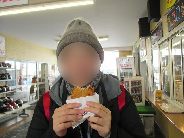 コロッケを食べる女性