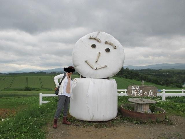 新栄の丘の牧草ロール人形