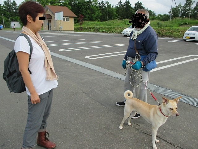 女性と男性と犬