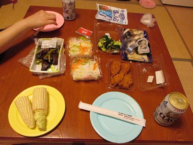 夕食のサラダや寿司など