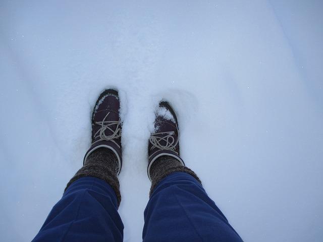 雪の上を歩く足もと
