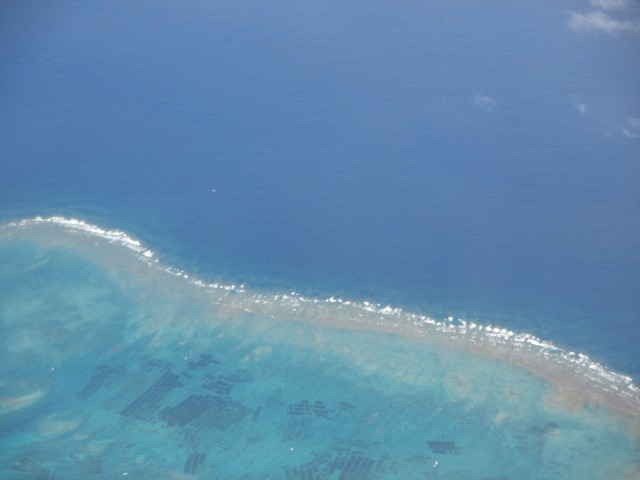 上空から眺める青い海
