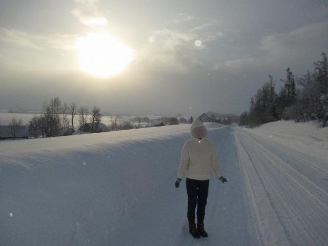 雪道に女性