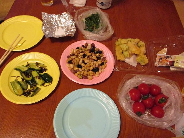 夕食の豆、トマト、キュウリなど