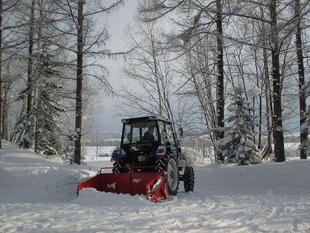 除雪車で除雪をする人
