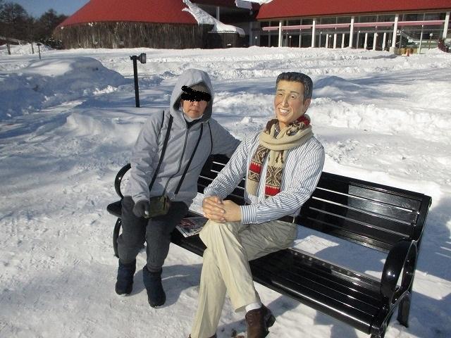 ベンチに座る男性の像