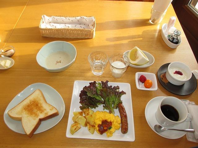 朝食のパン・スクランブルエッグ・ソーセージ等