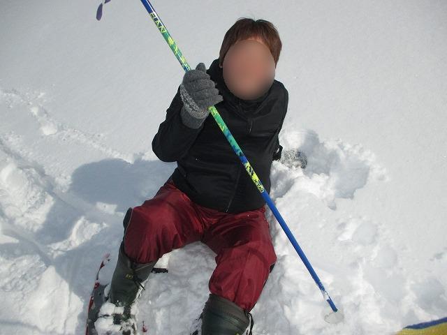雪の上に座る女性