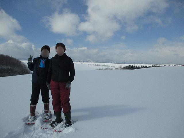 雪原に2人の女性
