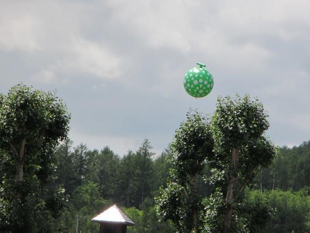 上空に浮かぶメロンのアドバルーン