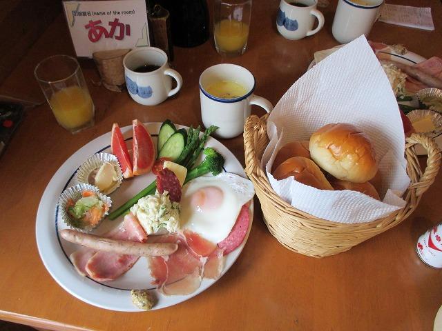 朝食のベーコンエッグ、サラダ、パンなど