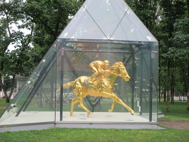 馬と騎手の黄金の像