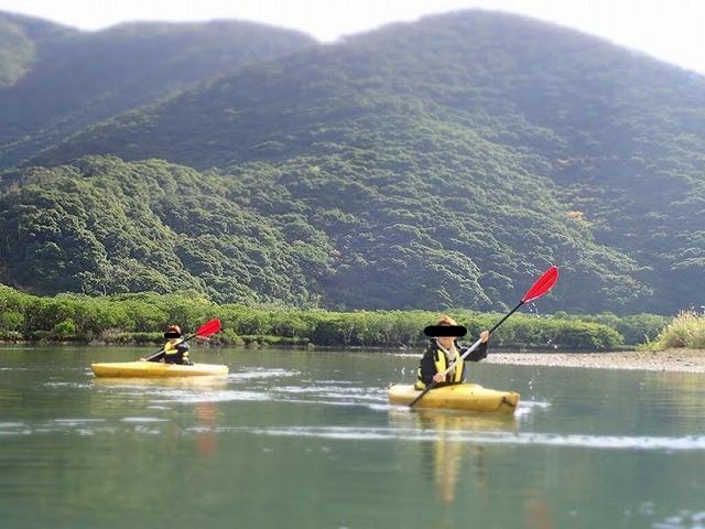カヌーを漕ぐ2人