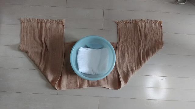 洗面器の下にスカーフ