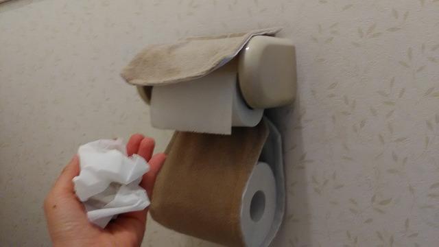 トイレットペーパーを丸めている