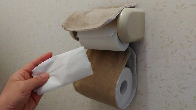トイレットペーパーを折っている