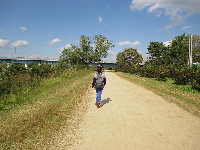 後ろ姿の歩く女性