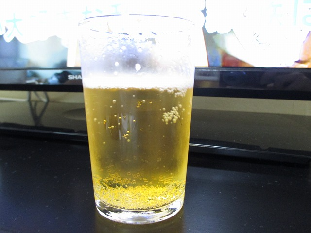 グラスにビール
