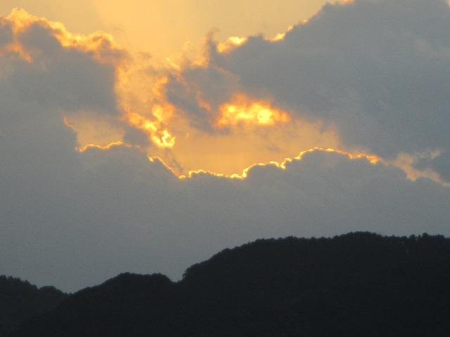 雲の間から少しだけ太陽