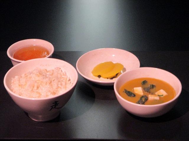 ご飯・味噌汁・たくあん・お茶