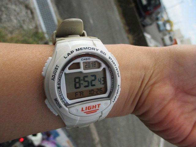 8時52分を指すデジタル腕時計