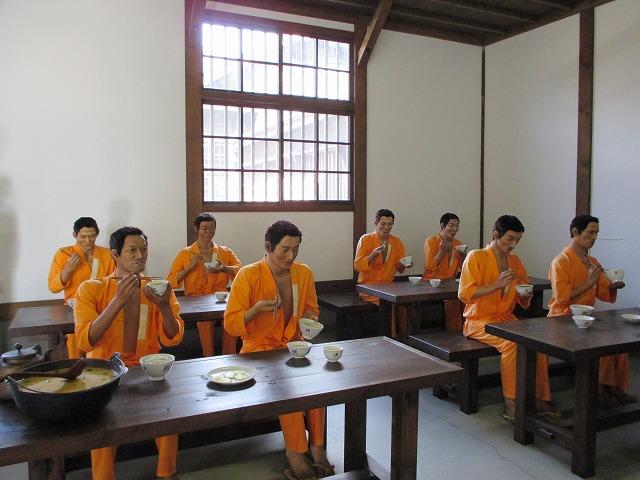 囚人の食事風景