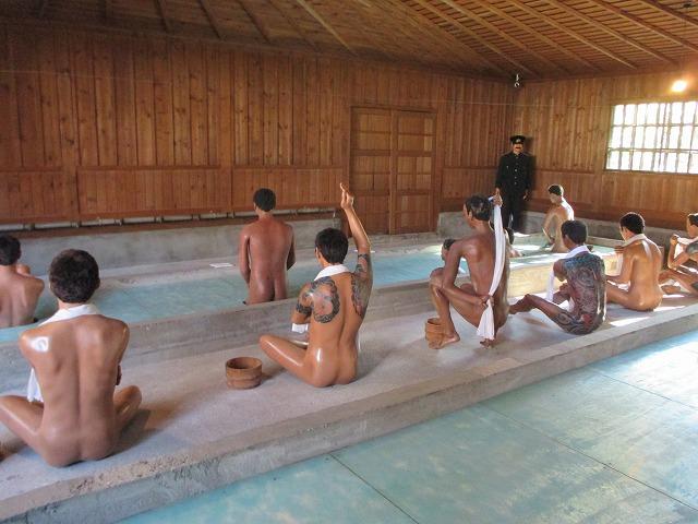 裸の囚人たち