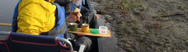 カヌーのパドルの上に置いた紅茶とバナナマフィン