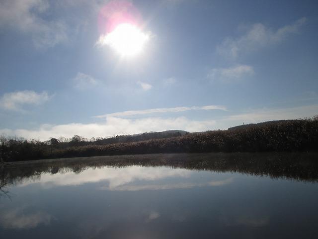 塘路湖の湖面に映る空