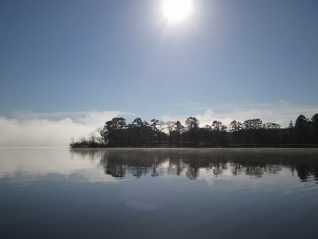 塘路湖の湖面に映る木々
