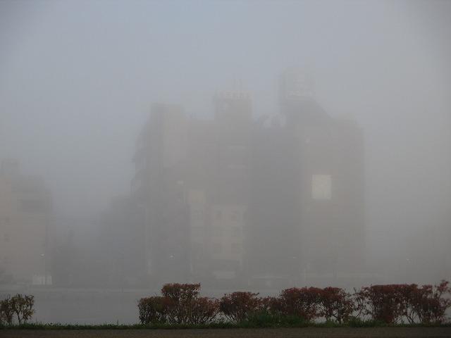 霧で見えない建物
