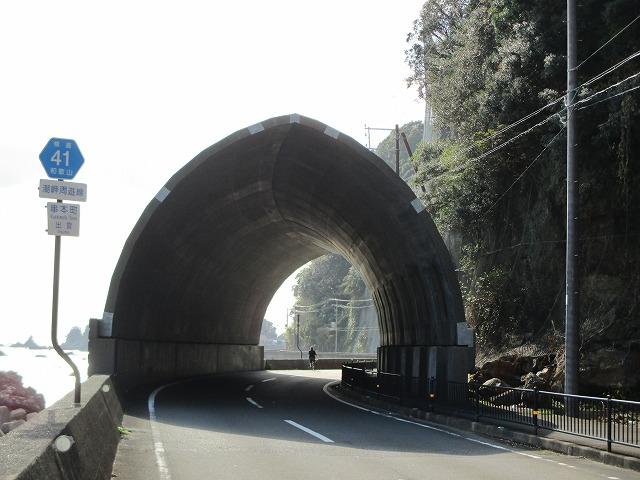 出口が見えているトンネル