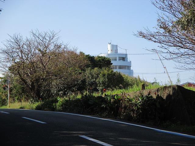 少しだけ見える潮岬観光タワー