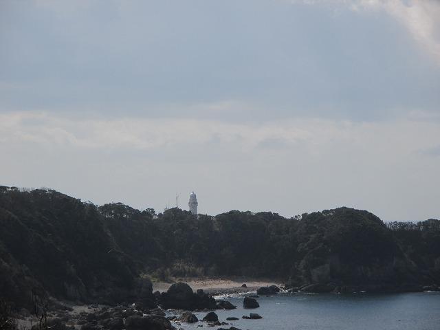 遠くに見える潮岬灯台