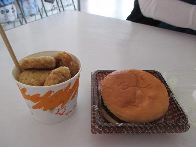 マグロの唐揚げとマグロメンチカツバーガー